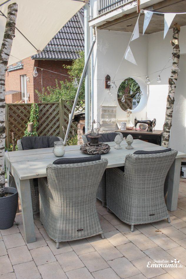 Birkenstämme als Deko auf der Terrasse