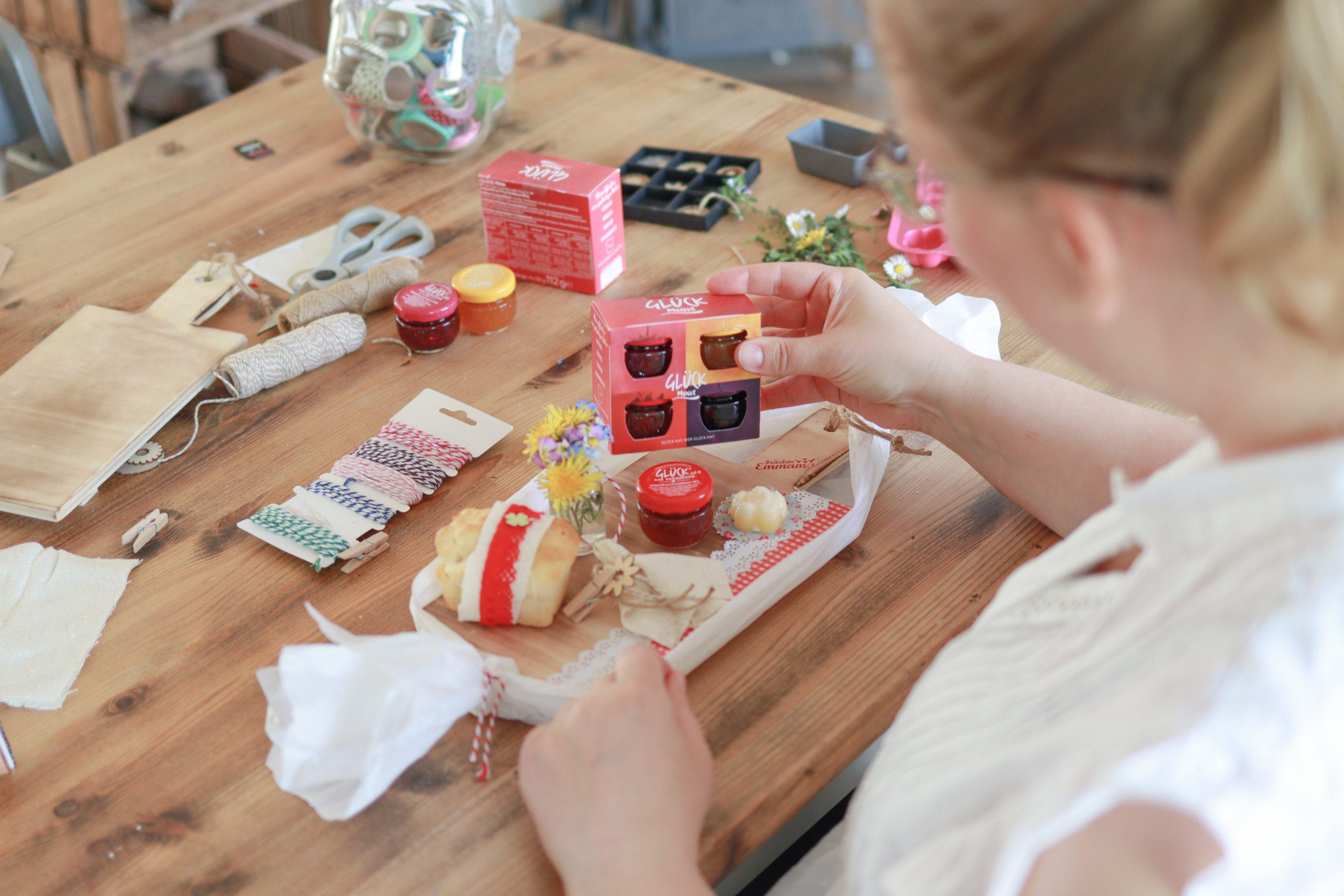 Mini Glück arrangieren auf einem DIY Brettchen mit Butterblume und Miniserviette