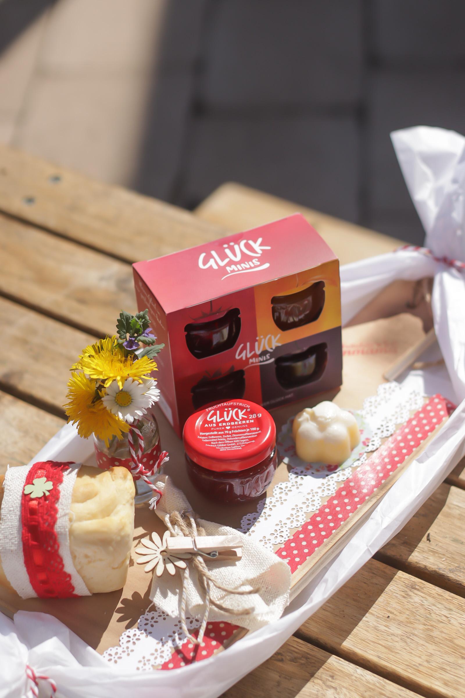 Mini Glück Marmelade im Miniformat auf DIY Bretttchen als Geschenk verpackt