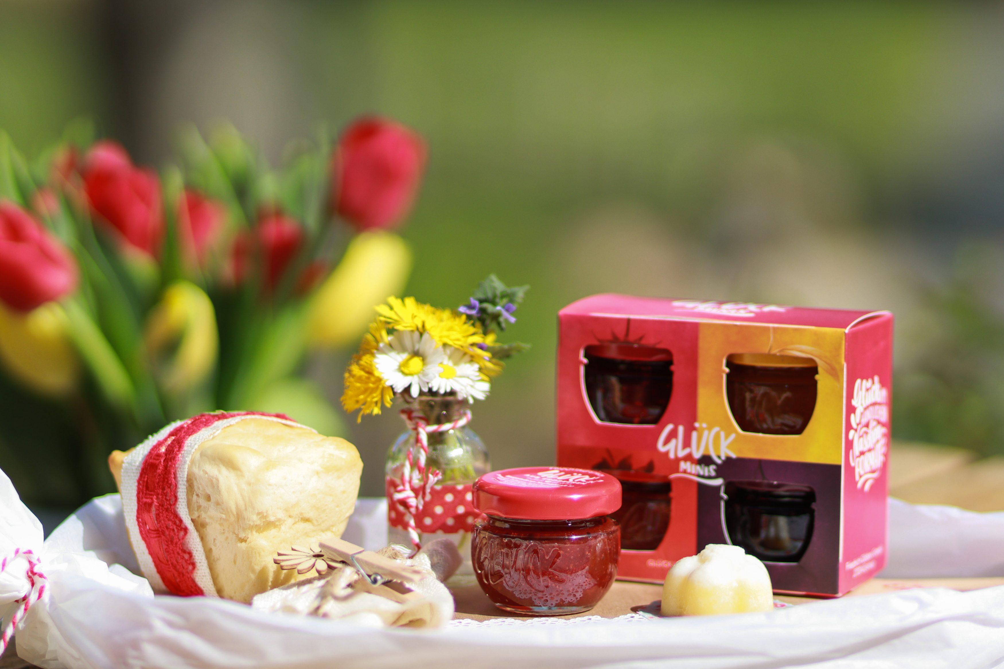 Mini Glück Marmeladen Gläschen mit Minibrioche und Miniblumenstrauß
