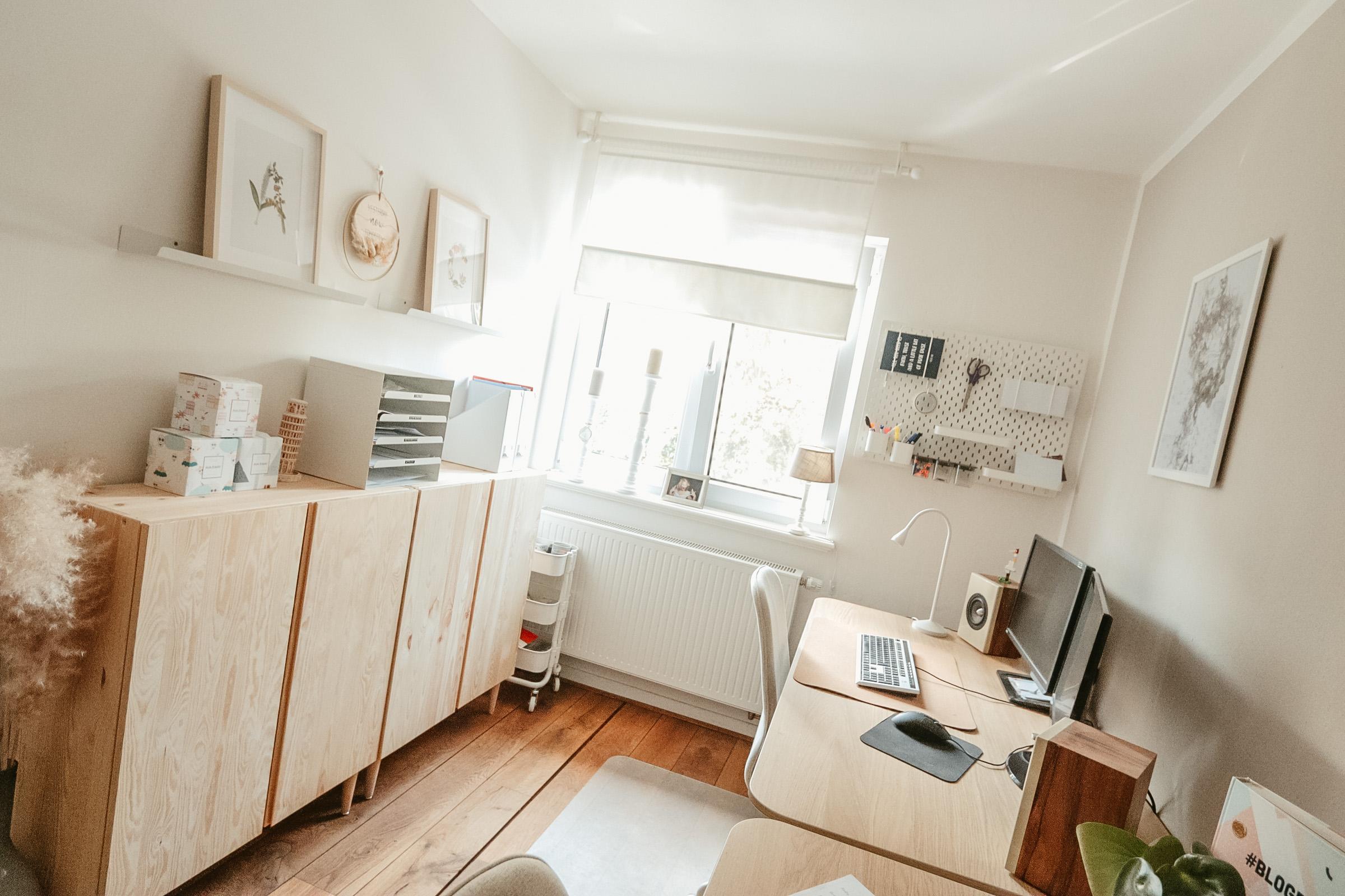 Helles freundliches Büro im Scandi Stil. Erdtöne und Naturmaterialein