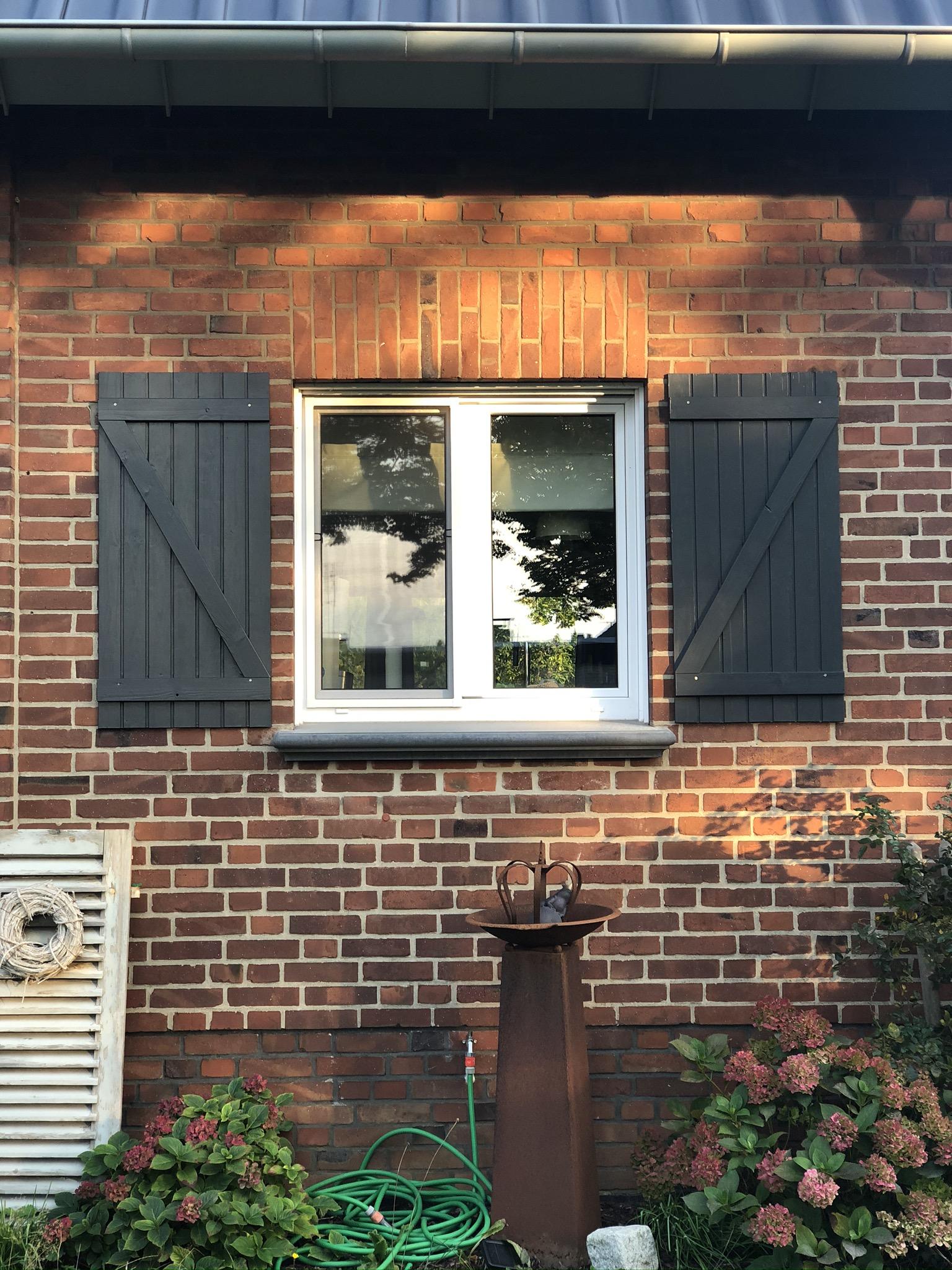 Die Fensterläden im Landhausstil
